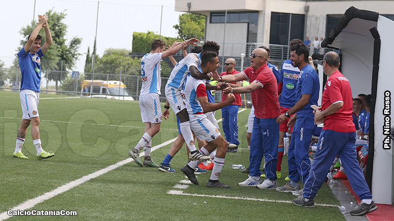 Mister Pulvirenti abbraccia Noce dopo il gol, sulla sua destra il