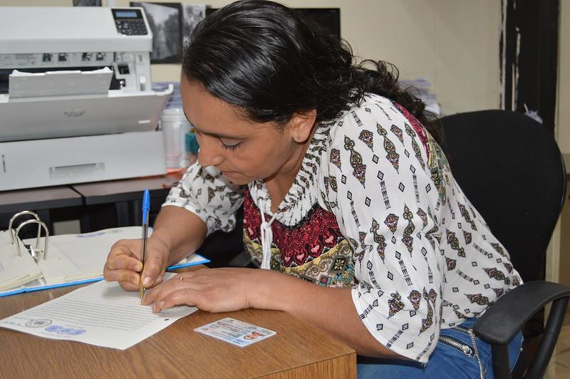 Familias firman escritura de propiedad en oficinas de ISTA