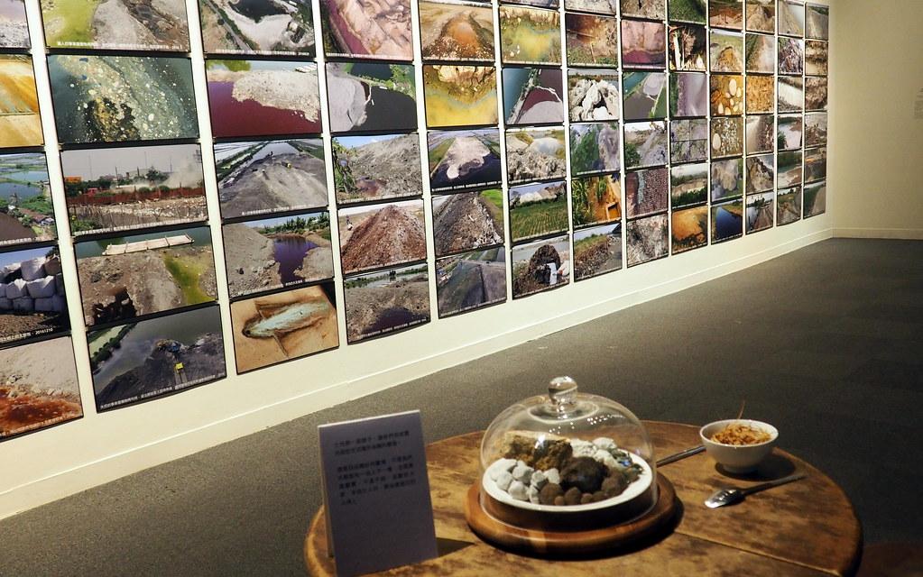 黃煥彰和晁瑞光的作品「辦桌的最後一道菜」,展現20年來追蹤廢爐碴的來源去向。攝影:李育琴