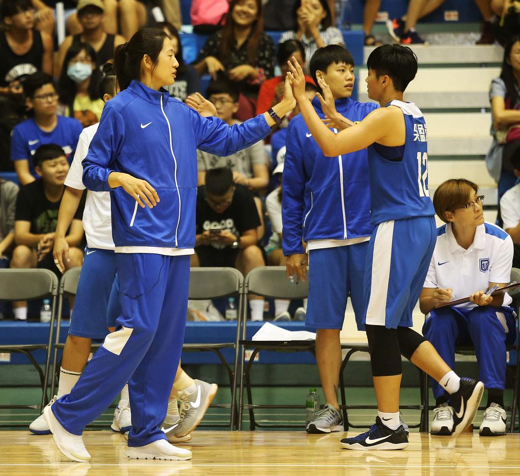 中華藍總教練鄭慧芸(圖左)與吳盈潔(圖右)。(籃協提供)