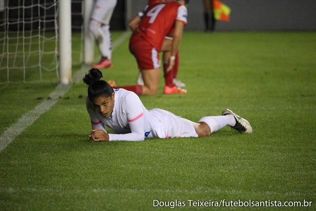 Sole Jaimes, atacante das Sereias da Vila, lamenta gol perdido em lance da partida em que a equipe santista empatou em 0 a 0 com o Audax pelas quartas de final do Brasileirão Feminino de 2017