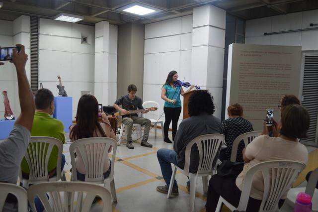 Exposición de instrumentos de cuerda creados por estudiantes de la UPB