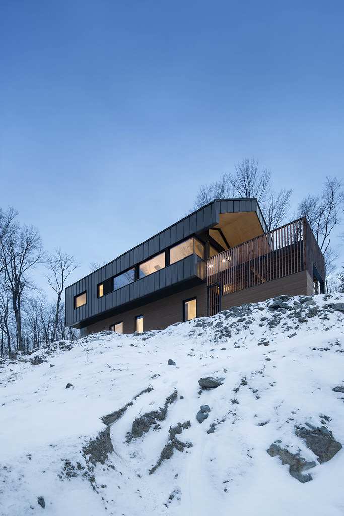 The isolated modern cabin, from another angle. Le chalet m… | Flickr