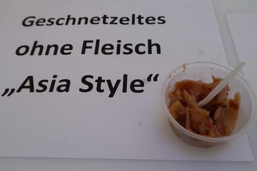 """Testportion von Geschnetzeltes ohne Fleisch """"Asia Style"""" (am Stand """"Möglichkeiten zur Strukturgestaltung vegetarischer Produkte"""" bei der Osnabrücker Campus Nacht)"""