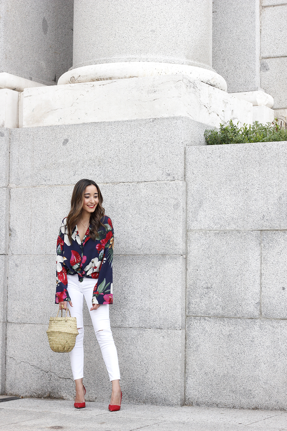 Tropical shirt ripped white denim jeans red heels summer outfit03