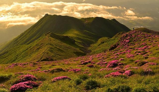 高千穂峰 ミヤマキリシマの稜線と登山者