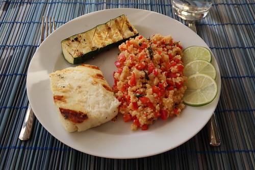 Gegrillter Halloumi und gegrillte Zucchini zu Couscoussalat mit Limetten, Paprika und Koriander