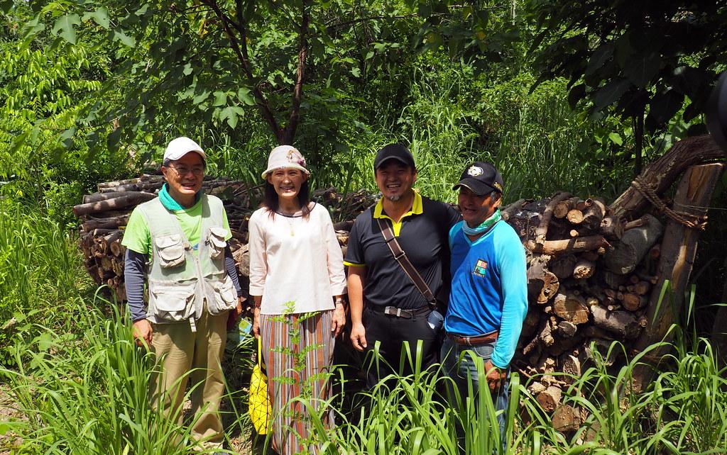 木工藝術家王炳文(右二)感謝濕地志工一起參與這艘生態之船的創作。攝影:李育琴。