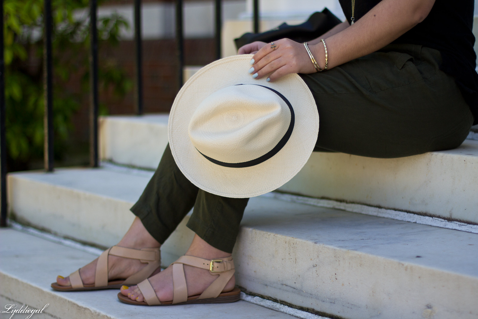 green linen pants, black tee, matine scalloped tote, panama hat-7.jpg