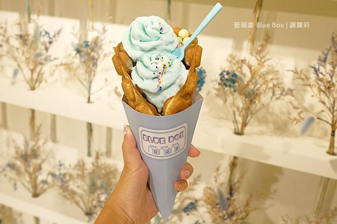 35148702190 5db81fe99b b - 《台中♥食記》作客青果冰室。宛如走進韓劇場景,超間冰店真的好美呀!芒果冰 草莓冰 一邊品嚐創意冰品還可以一邊玩玩具呦!/ 台中冰店