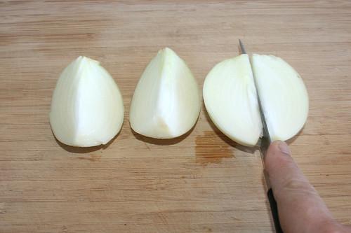 16 - Zwiebel schälen & vierteln / Peel & quarter onion