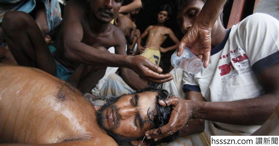 15mai2015---migrantes-de-bangladesh-recem-chegados-derramam-agua-sobre-a-cabeca-de-um-homem-inconsciente-em-um-abrigo-em-kuala-langsa-_956_500