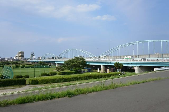 多摩川大橋(手前)と多摩川専用橋(奥のアーチ橋)