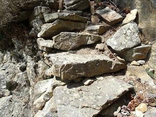 Descente de la crête Nord du CornuDellu : les marches du couloir rocheux aménagé sous la pointe 1474