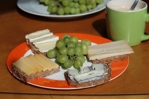 Käse-Schnittchen mit Weintrauben