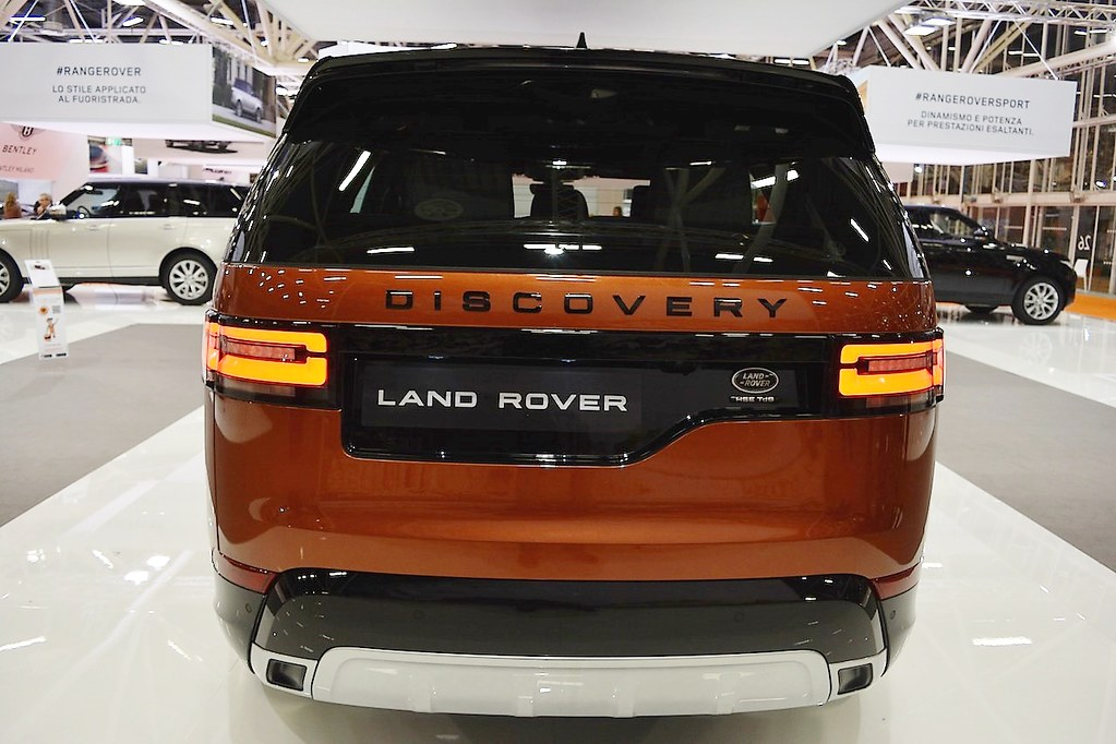 2017-Land-Rover-Discovery-rear-at-2016-Bologna-Motor-Show