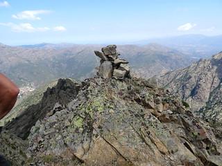 2ème sommet : le cairn sommital et la vallée d'Ascu