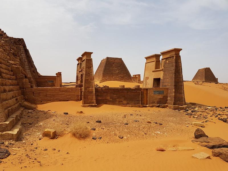 Pirâmides de faraós núbios em Meroe, Sudão