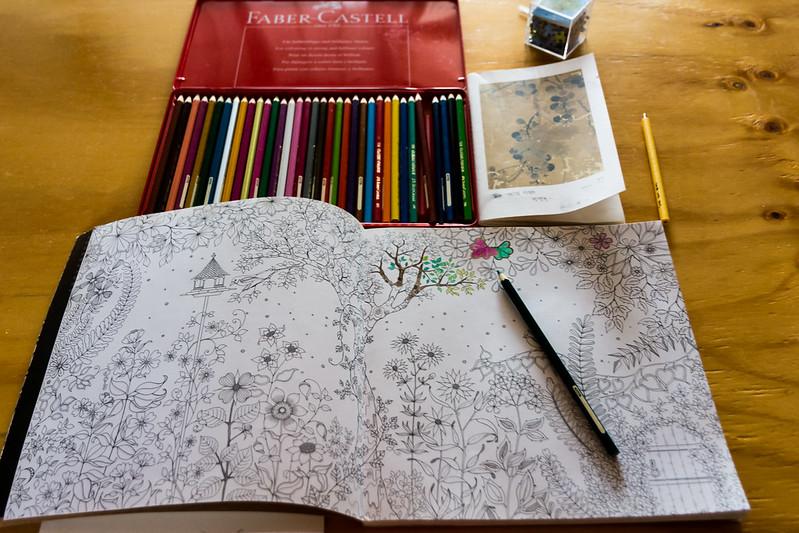 거실 한 가운데 탁자에 놓여져 있는 컬러링북