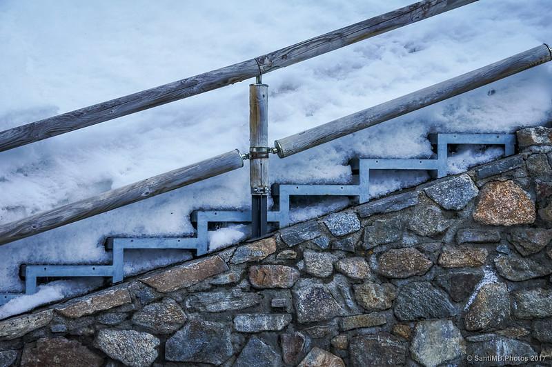 Escalera sepultada en la nieve en la estación del cremallera de Núria