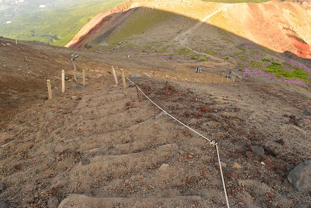 高千穂峰 山頂直下の火山灰積もる階段