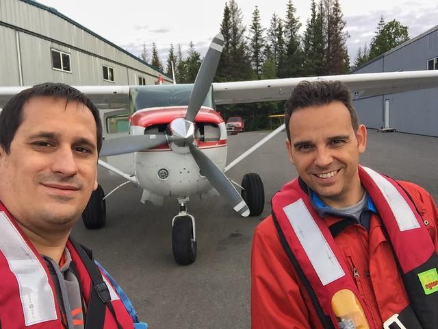 Sele e Isaac Chavetas en la avioneta para ver osos en Alaska
