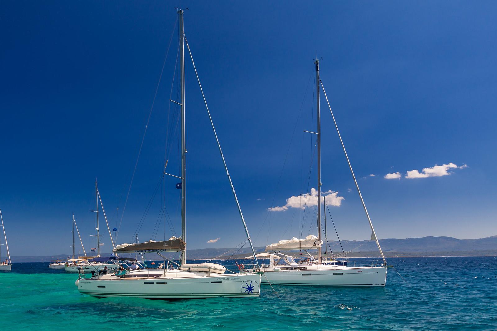 Яхти на якорі біля Золотого мису на острові Брач, Хорватія