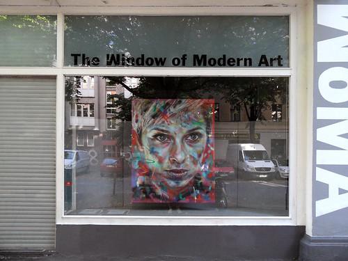 """Gemälde mit einem modernen Frauenporträt im """"Window of Modern Art"""" in Berlin-Kreuzberg"""