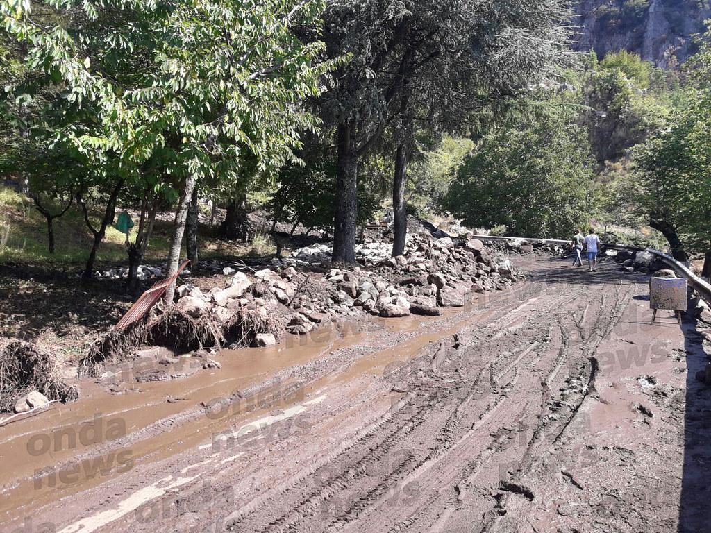 Frana la montagna per il maltempo: fango e detriti invadono San Rufo