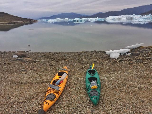 Kayaks en una playa de Tasiusaq (Groenlandia)