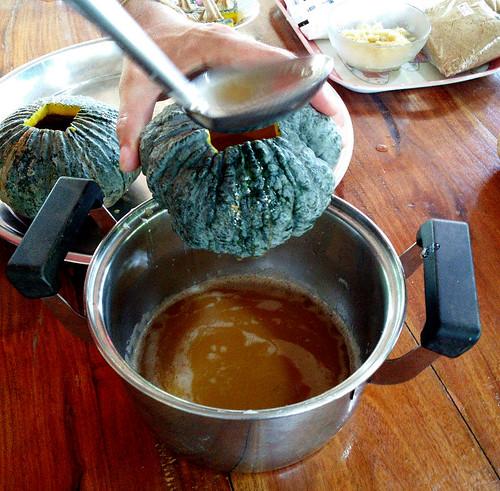 אחרי סינון קפדני ממלאים את הדלעת בקרם המתוק