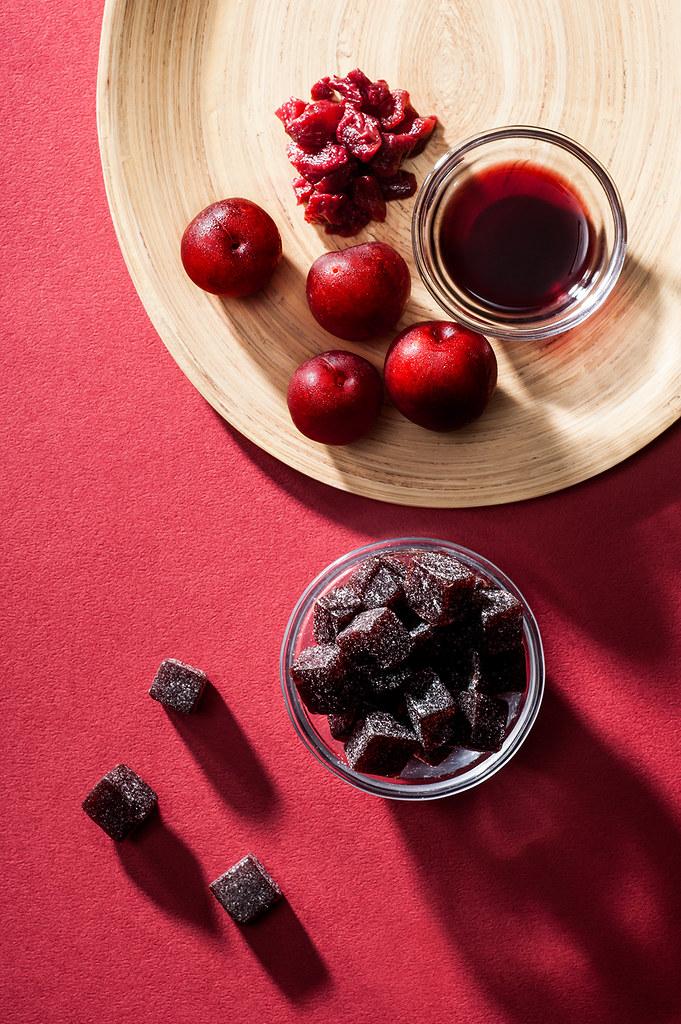 紅肉李又稱紅寶石,大多種植於山區,採收期極短且極為珍貴。 我們將熟透到紅而紫黑的紅肉李,採收後以人工削皮及去籽,與洛神花一起熬煮,再以紅酒調味,就變得豐富而鮮明,口感多層而有餘韻,頗受眾人喜愛。