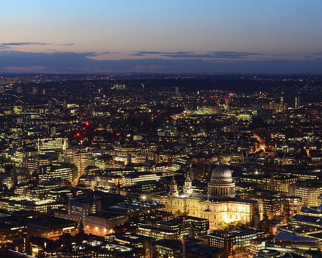 Londres con luces doradas que poco a poco van cayendo al atardecer