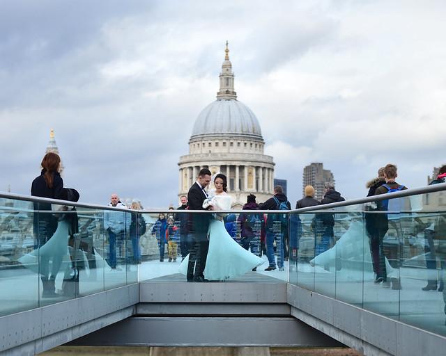 Pareja casandose frente al capitolio de Londres, uno de los iconos de la ciudad