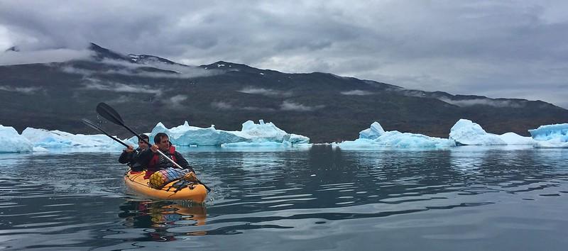 Sele y Álvaro practicando kayak en Groenlandia (Icebergs de Tasiusaq)