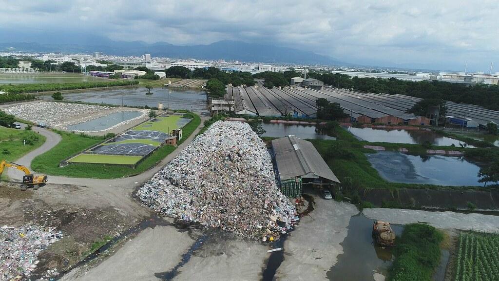 917-1-17拒絕回運底渣的斗六市,三月開始垃圾逐日累積,八千噸垃圾堆成十幾公尺高的垃圾山。
