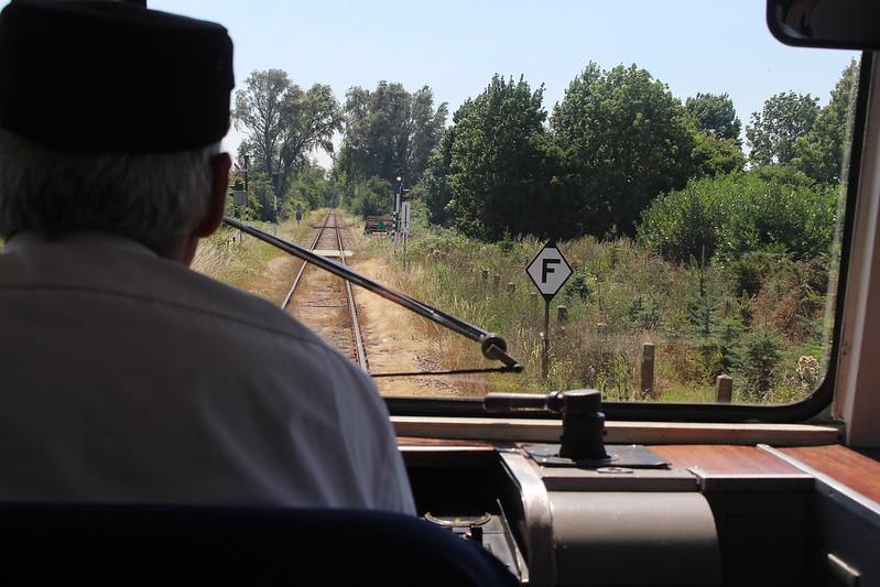 De machinist van een oude motortrein in Zeeland