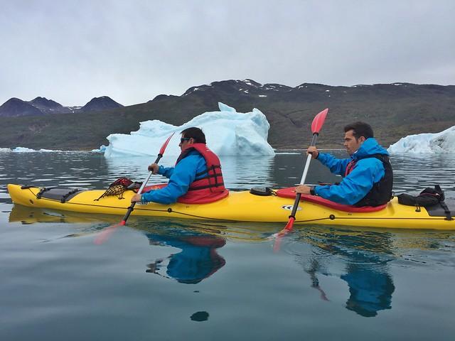 Sele y Álvaro haciendo kayak en Groenlandia (Icebergs de Tasiusaq)