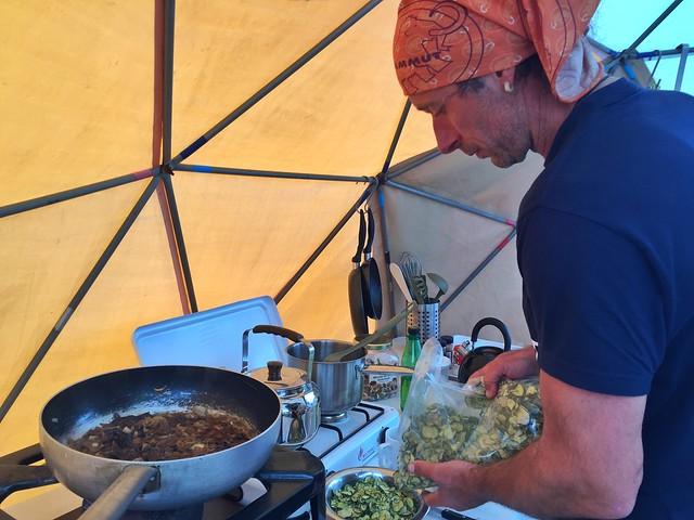Francesco preparando la comida en el Campamento Fletanes de Tierras Polares en Qaleraliq (Groenlandia)
