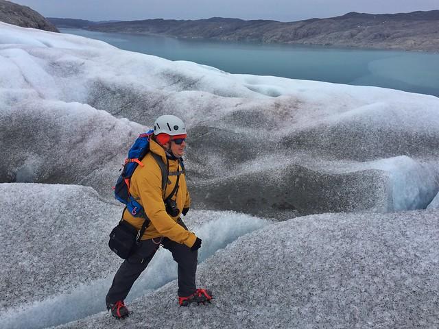 Sele caminando con crampones por el glaciar Qaleraliq (Sur de Groenlandia)