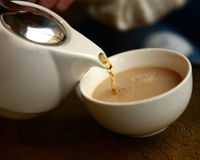 Sirviendo el té inglés en una cafetería hipster