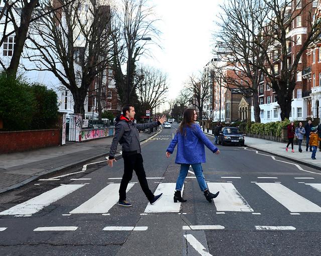 Caminando como los Beattles en el paso de cebra