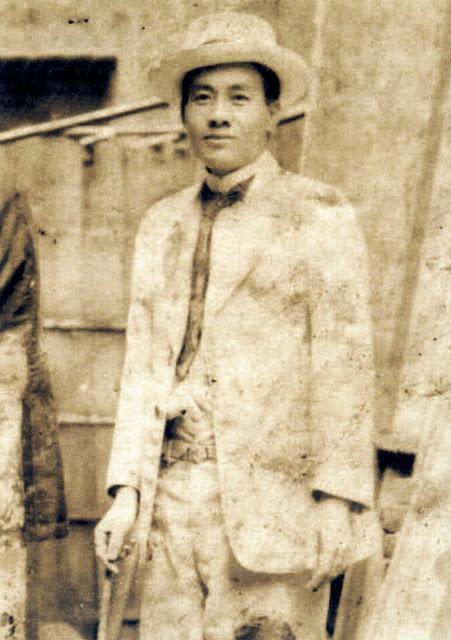 蔣渭水某次演講結束後遭日殖當局唆使流氓丟擲泥巴,但仍保持微笑。(照片來源:維基百科)