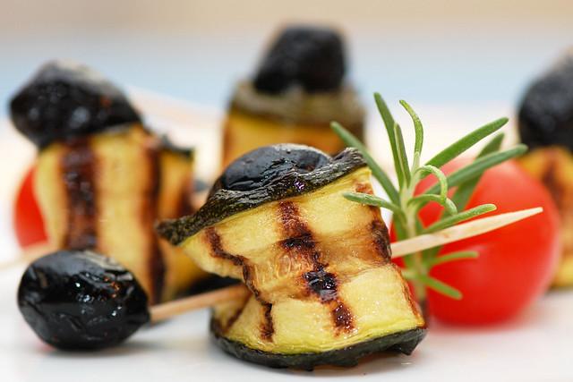 Foodfotografie: Gegrillte Zucchinischeiben, Oliven, Tomate, Rosmarin ... Brigitte Stolle