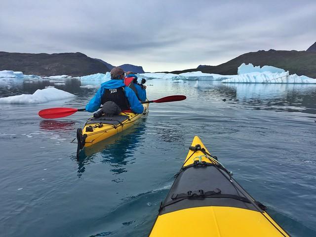 Practicando kayak en Groenlandia (Icebergs de Tasiusaq)