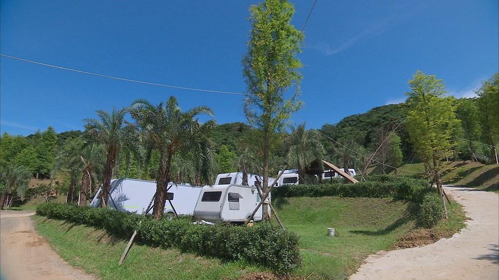 917-3-4萬里這座露營場以休閒農場名義開發,興建標準的露營車營地。同時設計污水處理系統,解決廢水問題。