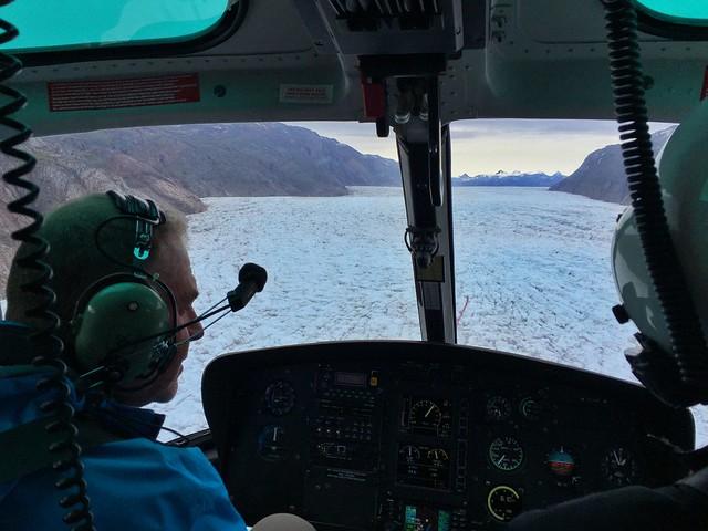 Vuelo en helicóptero sobre un glaciar en Groenlandia (vista delantera)