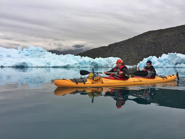 Sele y Álvaro haciendo kayak en Groenlandia, concretamente en Tasiusaq
