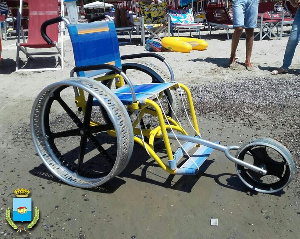Spiagge a misura di disabili a camerota la comunità dona sedia a