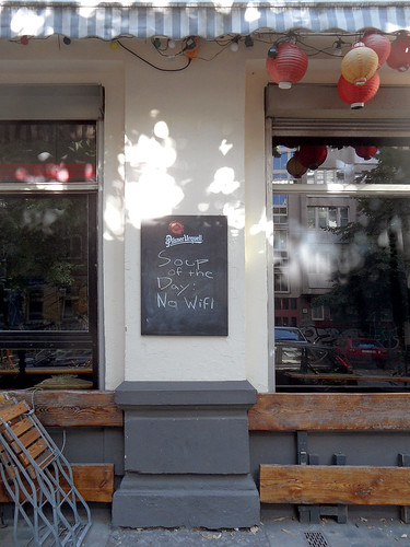 "Schild an einer Bar in Berlin-Kreuzberg: ""Soup of the Day: No WiFi"""
